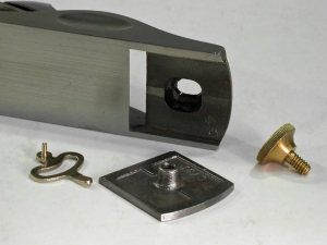 The adjustable mouth plate on the Stanley no. 9-1/2. The mouth opening is adjusted by loosening the knob and rotating the eccentric throat lever left or right (to open or close the mouth).
